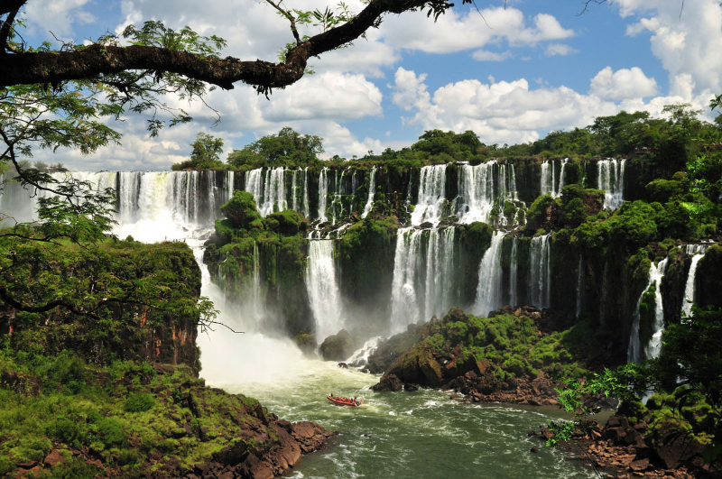 1386511439_iguazu_falls