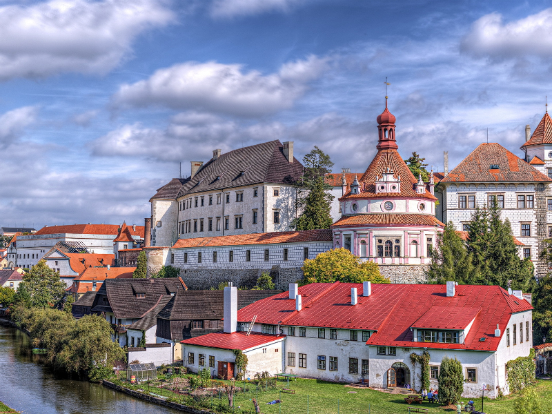 czech-republic-city-castle-house-river-trees-sky-clouds_1920x1440