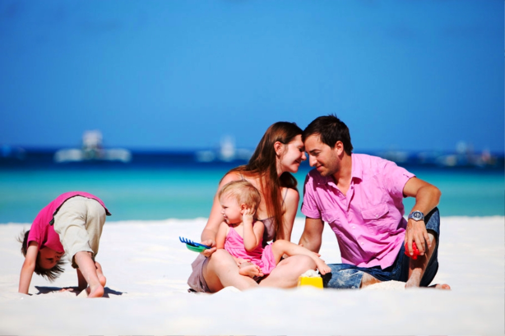99154__sea-sand-beach-family-children-boy-girl-sky-summer_p